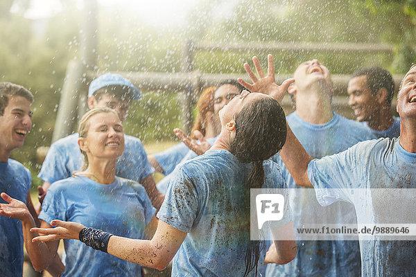 Enthusiastisches Team genießt Regen im Bootcamp