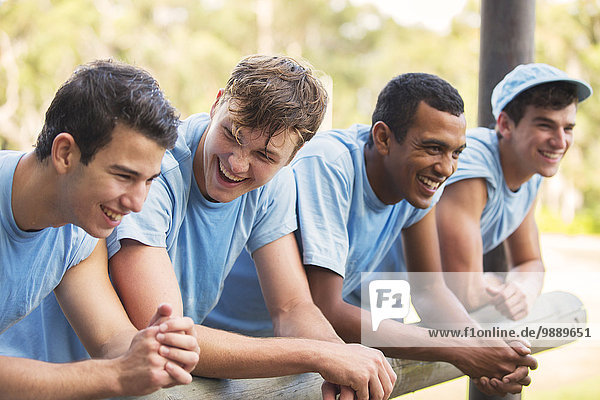 Lächelndes Team am Geländer im Bootcamp