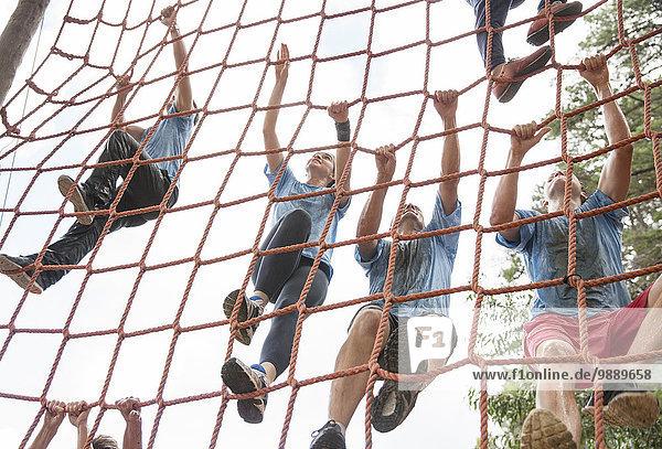 Teamkletternetz auf dem Bootcamp-Parcours
