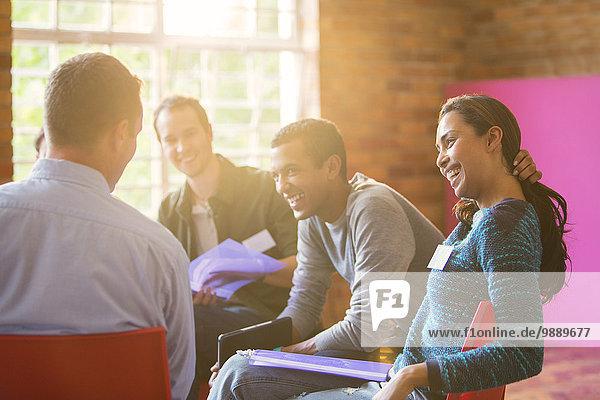 Lächelnde Frau genießt Gruppentherapie-Sitzung
