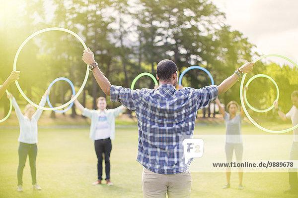 Team im Kreis mit Kunststoffreifen verbunden