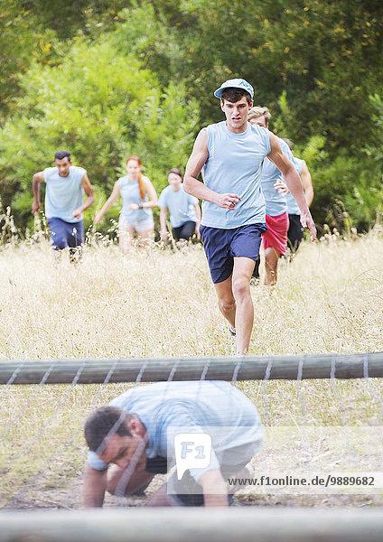 Leute  die auf dem Bootcamp-Hindernisparcours laufen.