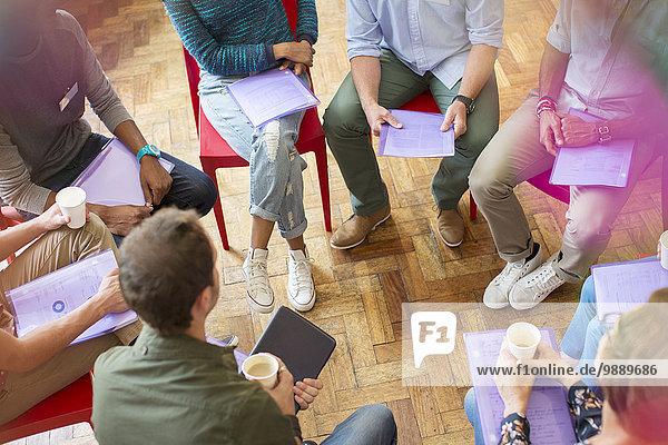 Gruppentherapiesitzung bildender Kreis