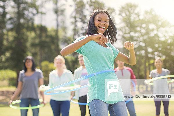 Enthusiastische Frau dreht sich im Plastikband