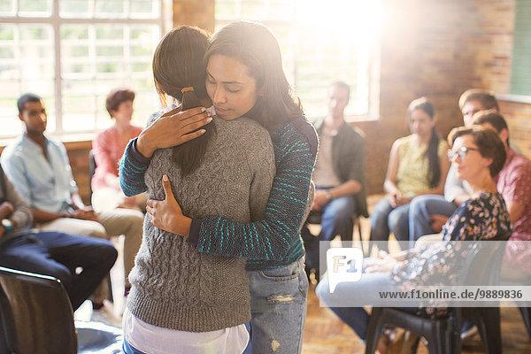 Frauenumarmung in der Gruppentherapie