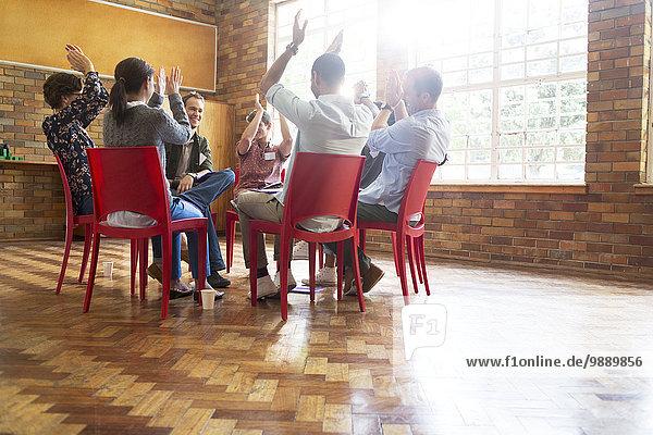 Menschen klatschen in der Gruppentherapie