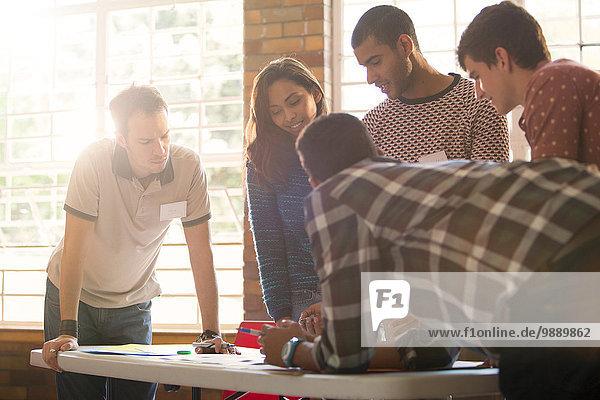 Kreative Geschäftsleute treffen sich am Tisch