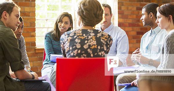 Frau leitet Gruppentherapie-Sitzung