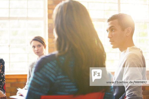 Mann beim Zuhören in der Gruppentherapie