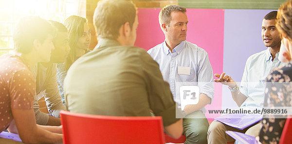Mann spricht in der Gruppentherapie