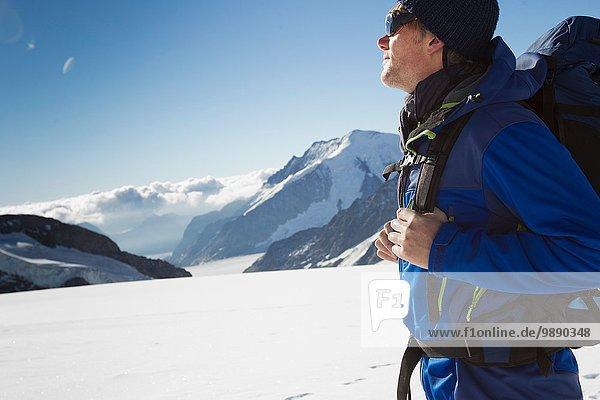 Männlicher Wanderer in verschneiter Berglandschaft  Jungfrauchjoch  Grindelwald  Schweiz