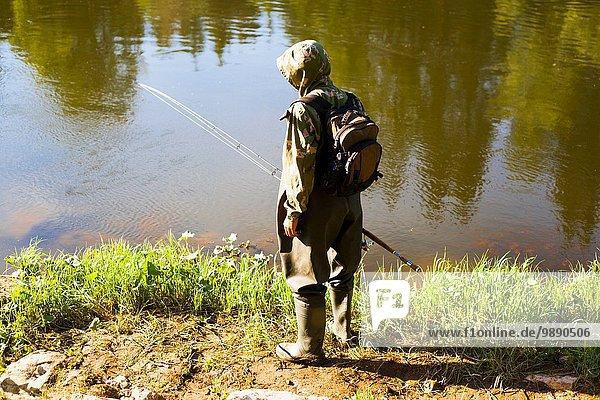 Rückansicht des mittleren Erwachsenen vom Flussufer aus  Dorf Sarsy  Gebiet Swerdlowsk  Russland