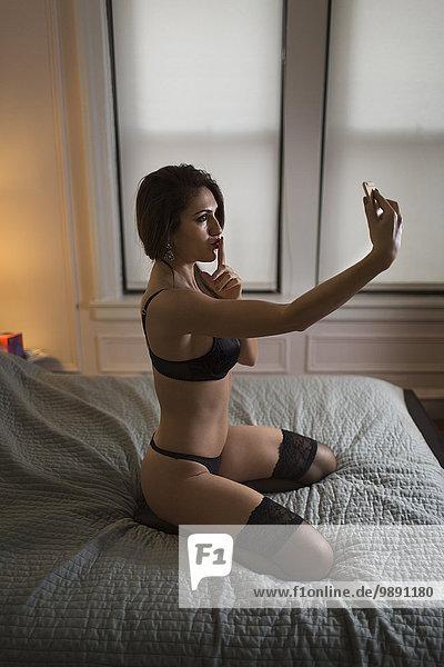 Frau nehmen Bett Unterwäsche