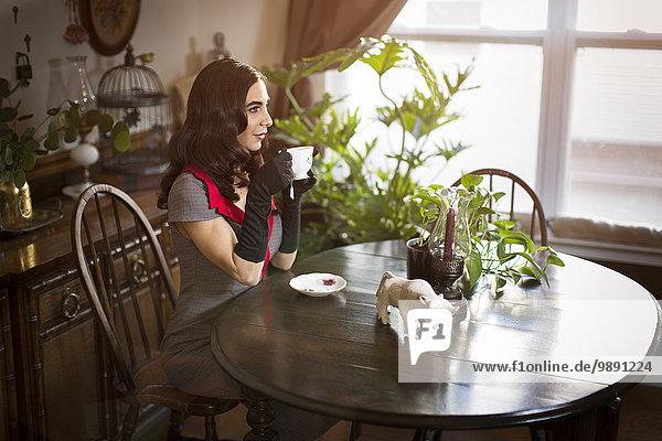 Frau Tasse am Tisch essen trinken Tisch Tee Frau,Tasse,am Tisch essen,trinken,Tisch,Tee