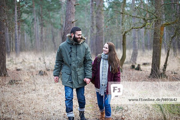 Junges Paar beim gemeinsamen Waldspaziergang