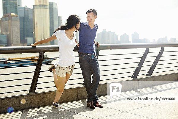 Touristenpaar im Gespräch auf der Brücke  The Bund  Shanghai  China