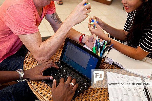 Studenten mit Laptop und Entspannung