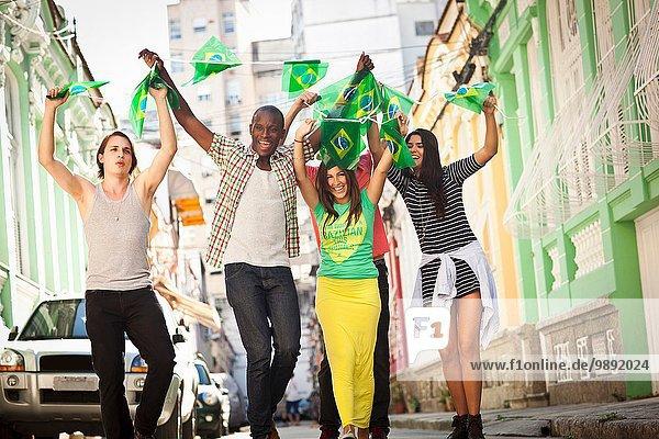 Studenten feiern mit brasilianischen Fahnen auf der Straße  Rio de Janeiro  Brasilien