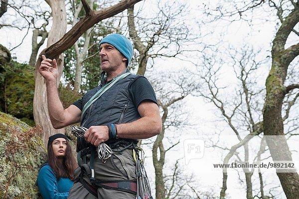 Kletterlehrer spricht  junge Frau hört zu