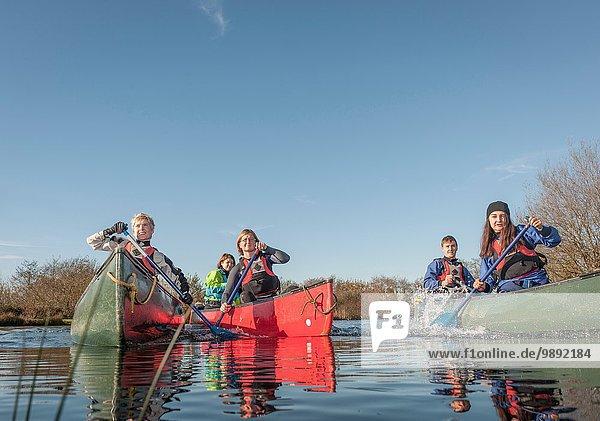 Personengruppe Kanufahren auf dem Fluss
