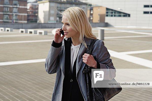 Geschäftsfrau  Spaziergang im Freien  Handybenutzung