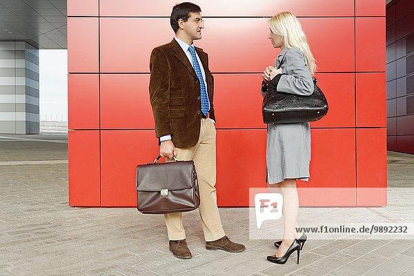 Geschäftsmann und Geschäftsfrau  die von Angesicht zu Angesicht stehen
