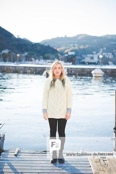 Porträt einer jungen Frau am Seeufer  Comer See  Italien