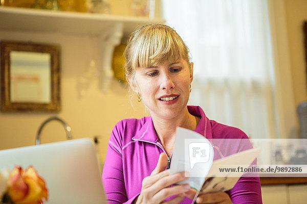 Frau  die im Küchentisch arbeitet  Leseanleitung