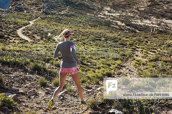 Rückansicht der jungen Trailrunnerin auf dem Pacific Crest Trail  Pine Valley  Kalifornien  USA