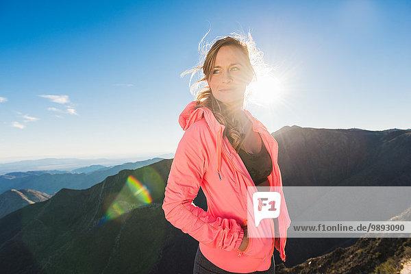 Porträt einer jungen Läuferin auf dem Pacific Crest Trail  Pine Valley  Kalifornien  USA