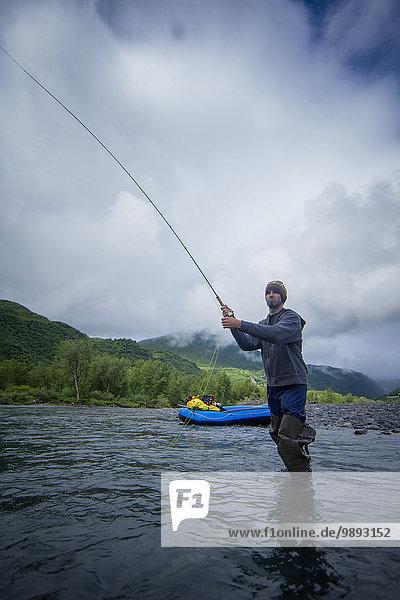 Angeln im Fluss  Kodiak  Alaska  USA