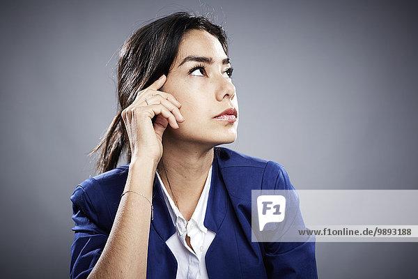 Porträt einer jungen Frau  handberührendes Gesicht