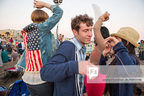 Freunde tanzen  Santa Monica Pier  Santa Monica Beach  US