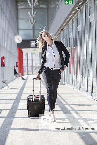 Eingangshalle Geschäftsfrau ziehen Gepäck modern