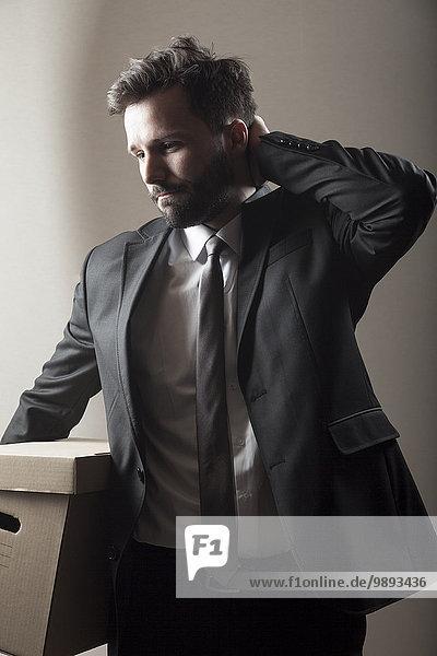 Geschäftsmann tragen Pappe