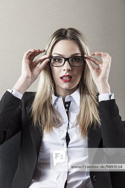 Portrait Geschäftsfrau Brille berichtigen