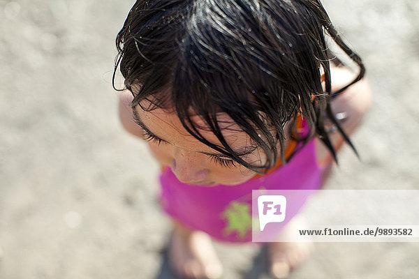 Mädchen beim Spielen am Strand