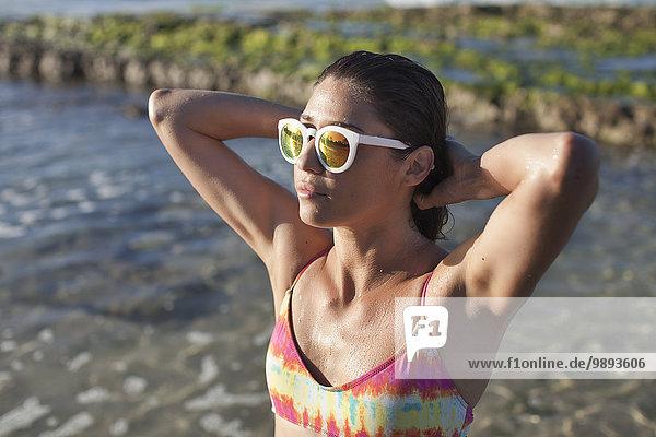 Frau genießt den Strand