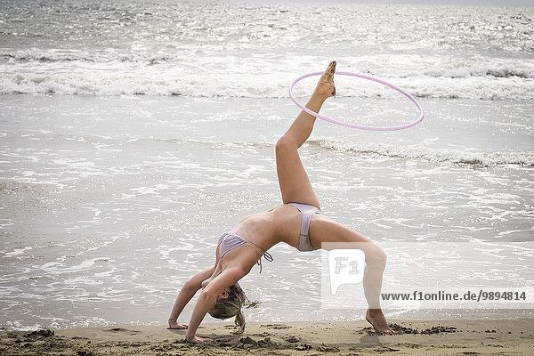 Mexiko  Riviera Nayarit  junge Frau beim Training mit Hula-Hoop am Meer