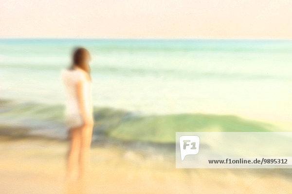 Spanien  Balearen  junge Frau am Meer stehend