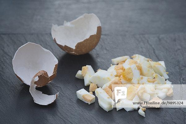 hartgekochtes Ei  Eierschale auf Schiefer