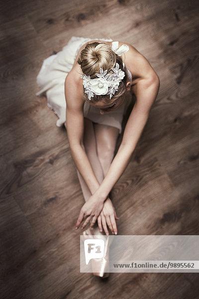 Balletttänzerin auf dem Boden sitzend