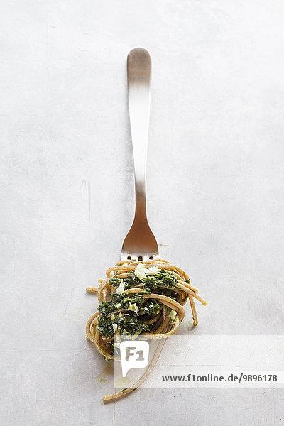 Gabel mit Dinkel-Vollkorn-Spaghetti und Bärlauchpesto
