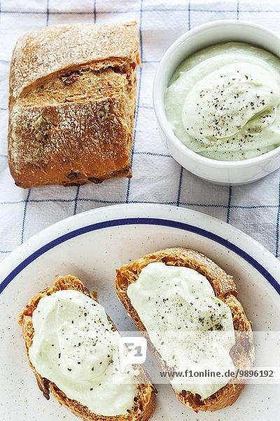 Brotscheiben mit Avocado-Dip