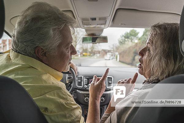 Pärchen im Auto streiten sich