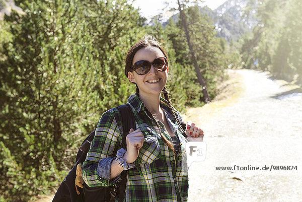 Spanien  Katalonien  lächelnde Frau mit Rucksackwanderung in den Pyrenäen