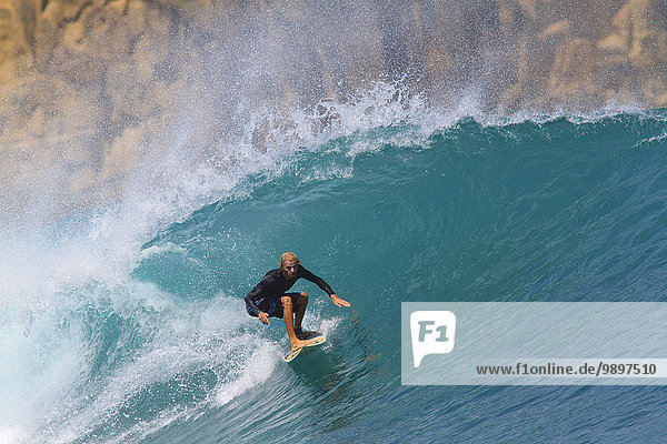 Indonesien  Insel Lombok  Surfer