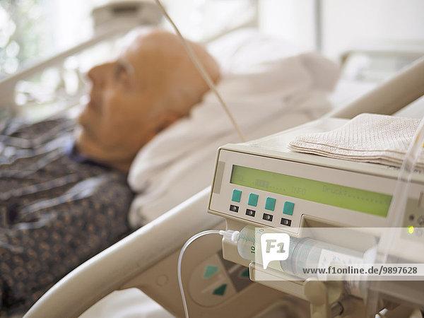 Älterer Mann auf der Palliativstation