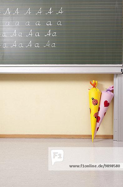 Variationen des Buchstabens A an Tafel und Zuckertüten im Klassenzimmer Variationen des Buchstabens A an Tafel und Zuckertüten im Klassenzimmer