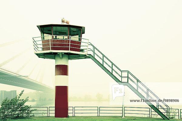 Deutschland  Wesel  Lotsenturm vor Schrägseilbrücke im Nebel
